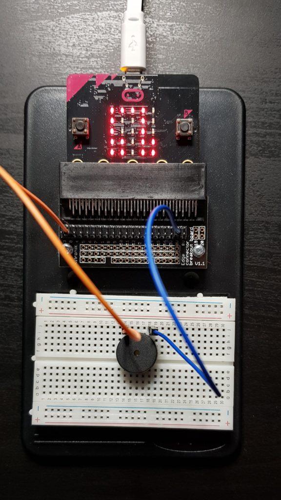 Microbit v1 conectada a un zumbador para poder reproducir sonidos