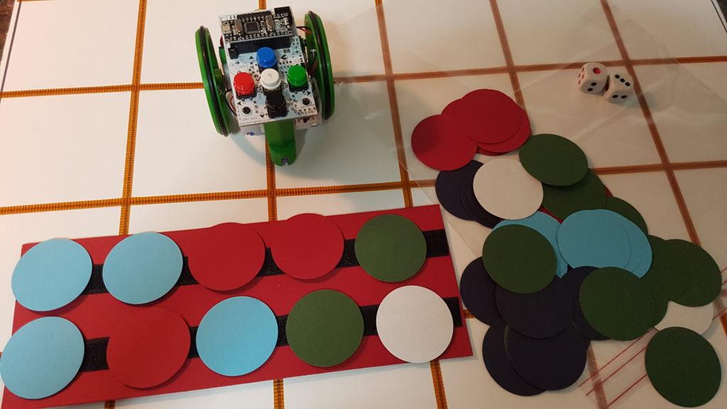 Regleta con velcro sobre la que están adheridos círculos de colores que se corresponden con los movimientos que se introducirán en la botonera del robot.