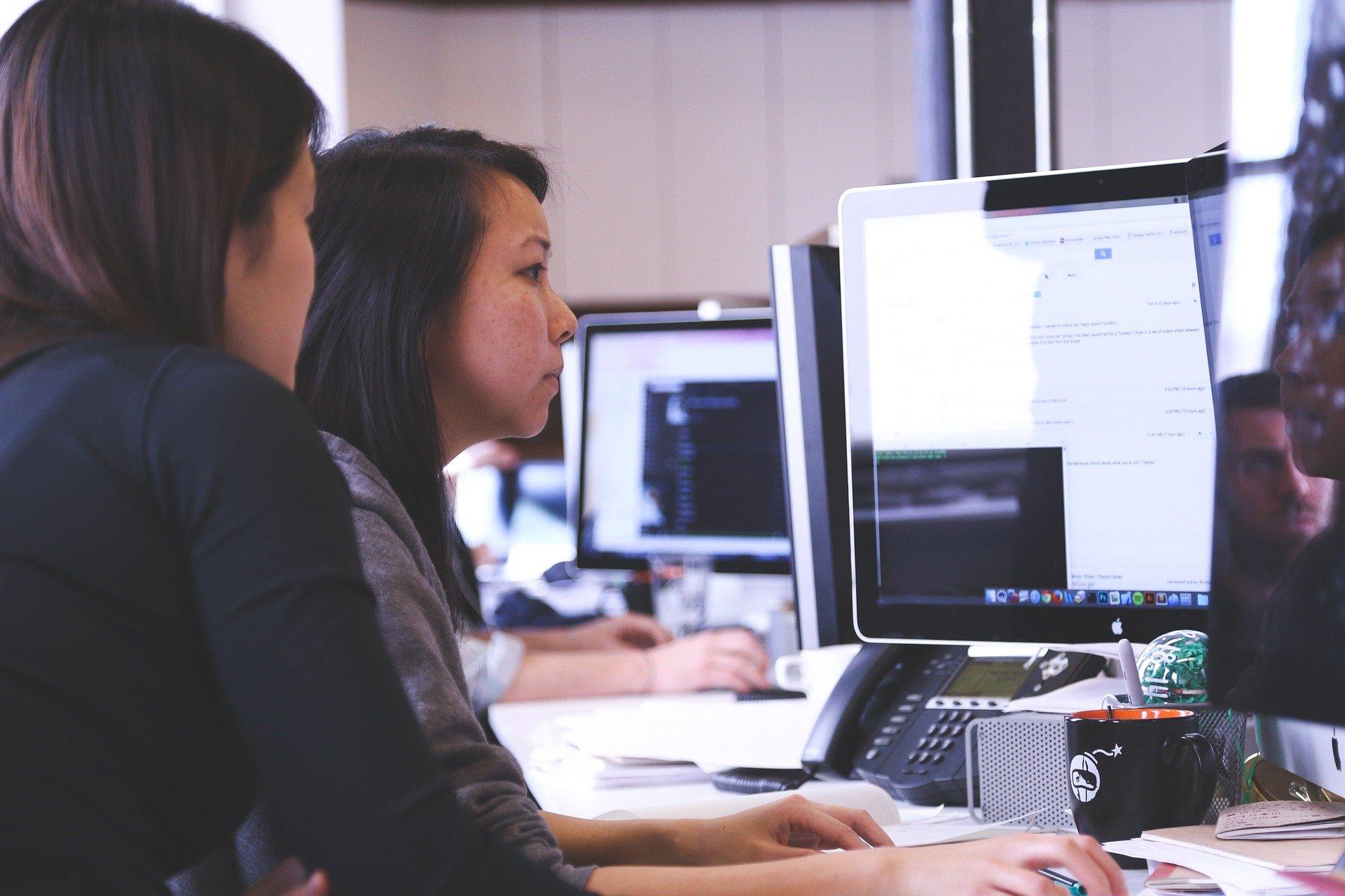 mujeres mirando la pantalla de un ordenador